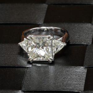 ダイヤモンドリング (プリンセスカット)