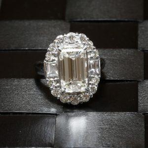 ダイヤモンドリング (エメラルドカット)